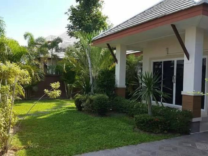 baan dusit pattaya park village sale - garden in front of the house