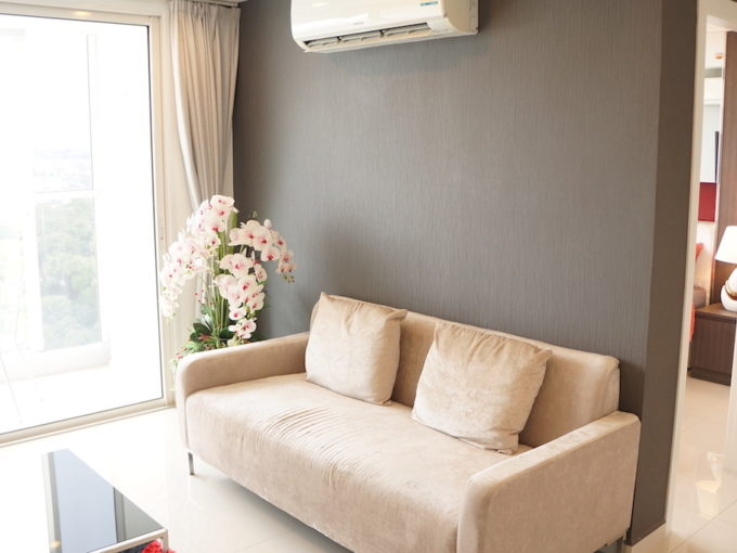 1 bedroom vision condo pratamnak pattaya - a couch and coffee table